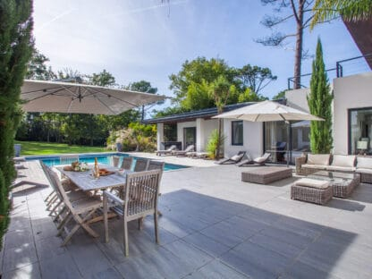 Rental of a vast contemporary and luxury villa in Biarritz, with heated swimming pool and magnificent garden of 1,5 ha.