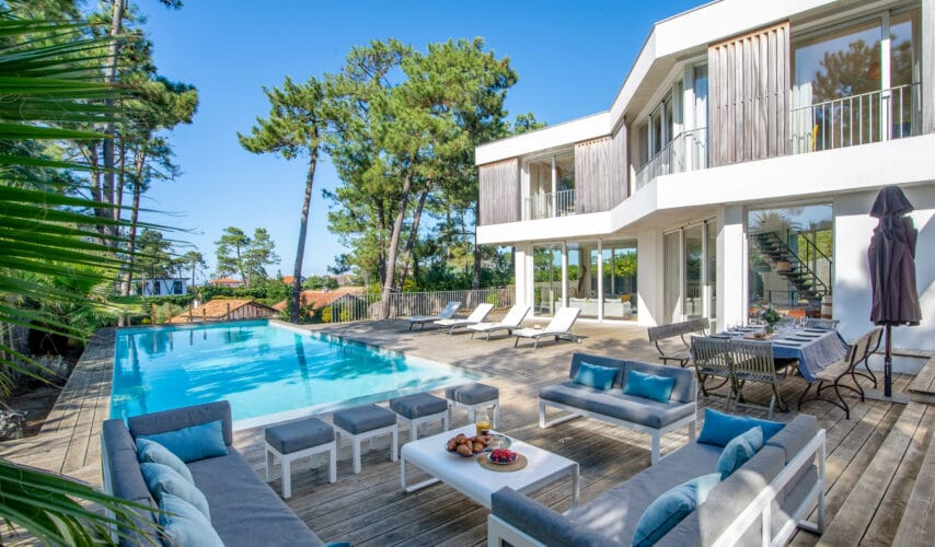 Rent a villa with an ocean view and a large terrace under century-old pine trees in Anglet (4km from Biarritz)